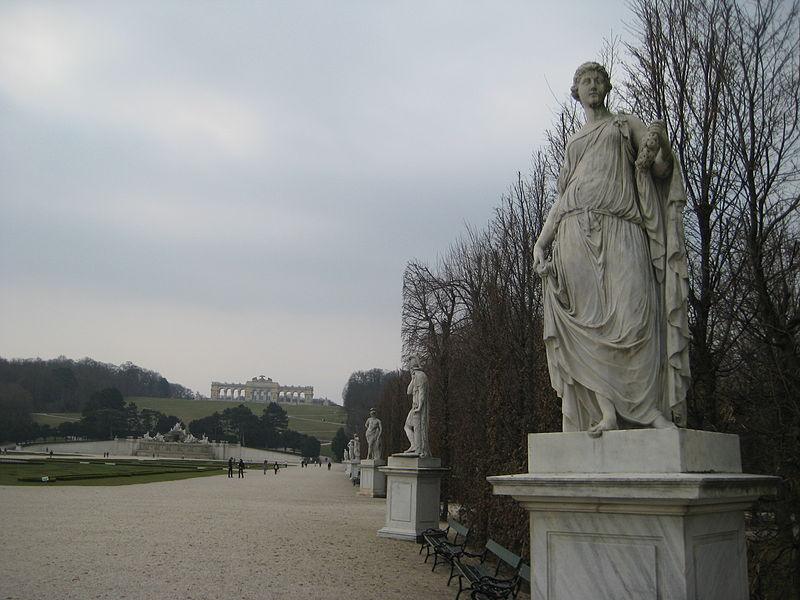 Palaces and Châteaux 800px-Schonbrunn_Palace_scupture