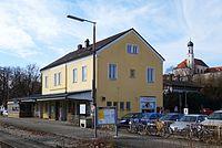 Schongau Bahnhofsgebäude, im Hintergrund Stadtmauer und Heilig-Geist-Kirche.jpg