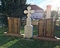 Spomenik poginulim herojima ratova devedesetih, porta srpske crkve, Stara Pazova.jpg