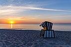 Strandkorb am Strand von Juliusruh bei Sonnenaufgang, 150617, ako.jpg