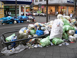 O lixo propriamente dito também é considerado um elemento de desconforto visual que contribui para a sensação de mal-estar urbano.