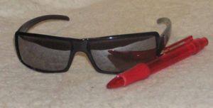 Mirrored sunglasses - Image: Sunglasses&Pen