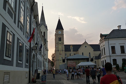 The Holy Trinity Square behind Veszprem Cathedral in the Castle Hill Szekesegyhaz (10682. szamu muemlek).jpg