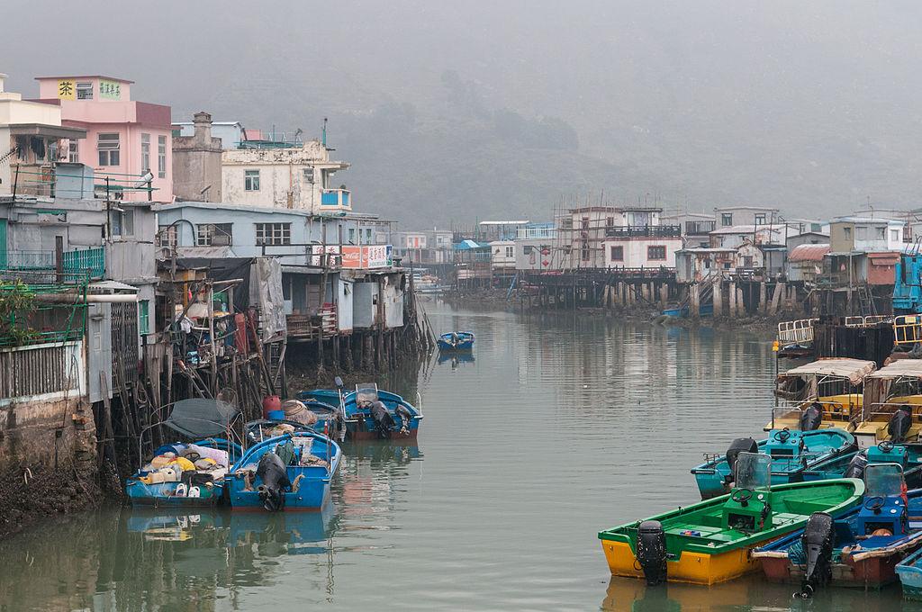 https://upload.wikimedia.org/wikipedia/commons/thumb/c/c2/Tai_O_village%2C_Hong_Kong_%286847738812%29.jpg/1024px-Tai_O_village%2C_Hong_Kong_%286847738812%29.jpg