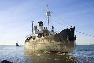 Tarmo (1907 icebreaker) - Tarmo being towed to Suomenlinna dry dock on 29 November 2016 after having been afloat for 24 years.