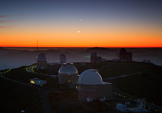 Syzygy (astronomy) - Above the round domes of La Silla Observatory in Chile, three astronomical objects in the Solar System—Jupiter (top), Venus (lower left), and Mercury (lower right).