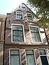 foto van Pand met verdieping en zolderverdieping onder zadeldak tegen puntgevel