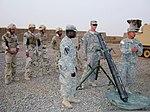 Usonaj soldatoj, kun ĉefsidejo kaj Stabkompanio, tria bataliono, 8-a Kavaleriregimento, tria Konsilas kaj Assist Brigade, unua Kavaleritrupo, klarigas kiel por uzi M120 ke 120 mm masonas sistemon al irakano 110704-A-PT121-003.jpg