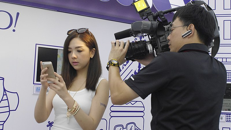 File:UBN News cameraman at Yahoo Taiwan Mobile Press Conference 20140813.jpg