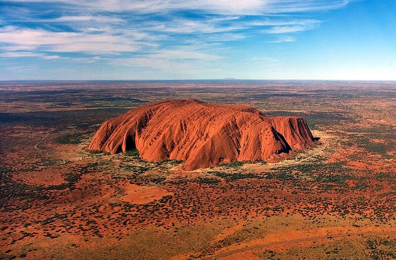 Datei:Uluru, helicopter view, cropped.jpg