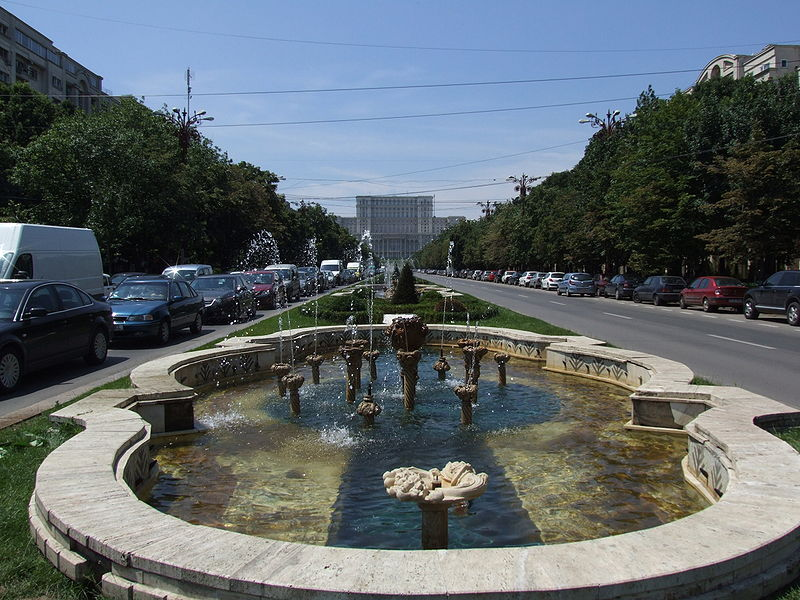 Plik:Unirii Boulevard and Palace of the Parliament.JPG