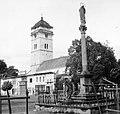 Városi őrtorony előtérben a Járvány-oszlop. Fortepan 6165.jpg