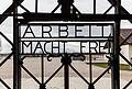 Verja de la entrada al campo de concentración de Dachau, Alemania, 2016-03-05, DD 38.jpg