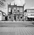 Voorzijde woonhuis met Neo-Maniëristische gevel, met halfronde tympaan boven portiek - Alphen aan den Rijn - 20377166 - RCE.jpg