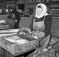 Vrouwen bij hun koopwaar op de vismarkt in Kopenhagen, Bestanddeelnr 252-8838.jpg