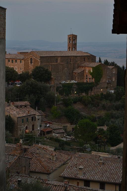 La chiesa di San Francesco si trova alla fine di via Ricci, Montalcino