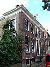 foto van Herenhuis met stoep en rechts lijstgevel