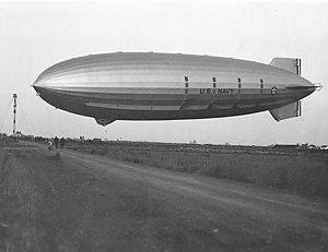 USS Akron (ZRS-4) - Akron approaches the mooring mast at NAS Sunnyvale