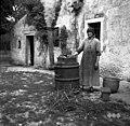 Za prašiče kuhajo v kotlu pred hišo, Markovščina 1955.jpg