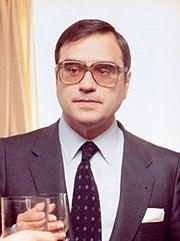 (Martín Villa) Adolfo Suárez conversa con el lehendakari del Gobierno Vasco en presencia del ministro de Administración Territorial en el Palacio de Ajuria Enea - Pool Moncloa (1980-12-09) (cropped).jpeg