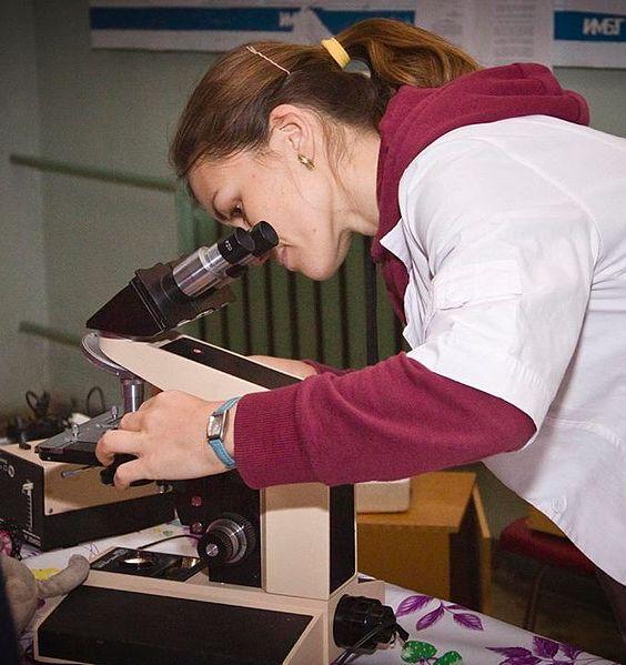 Мікробіолог за роботою. Автор фото — Tetyana Yana-t Petruk, вільна ліцензія CC BY-SA 4.0