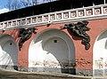 Фигуры ангелов на стене Донского монастыря.JPG