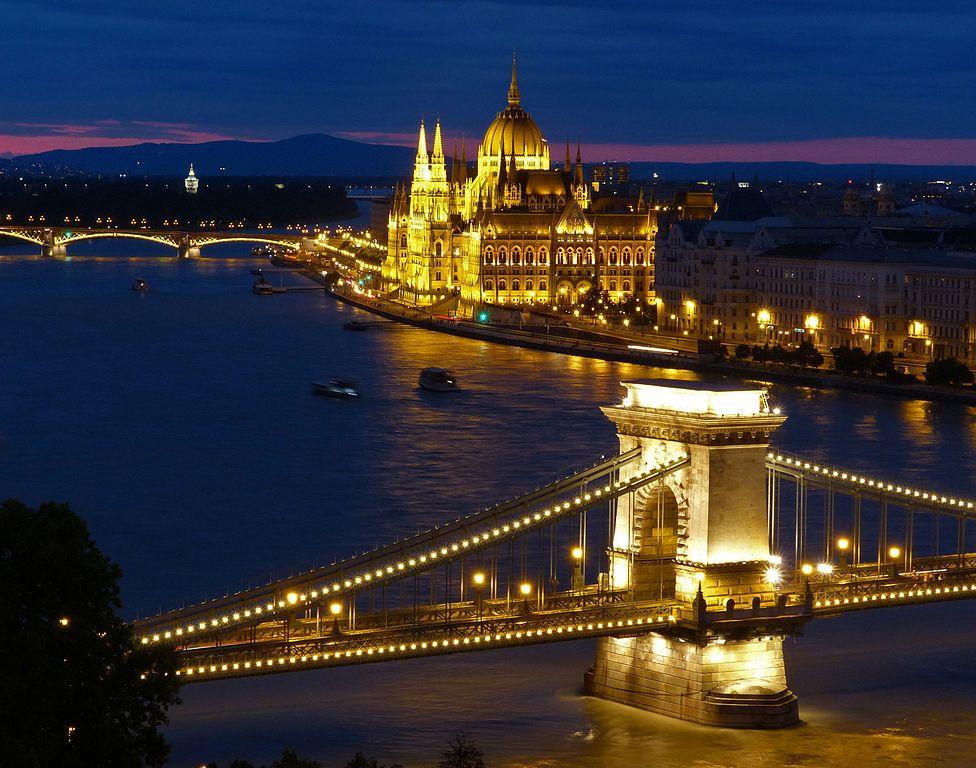 Vue sur le pont des chaines et le Parlement depuis le chateau de Buda. Pour une vue plus axée sur le Parlement, rendez-vous au bastion des pêcheurs. Photo de David Spigiel.