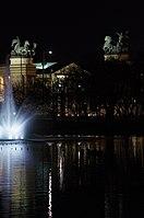 03 2019 photo Paolo Villa - F0197984 - Budapest - Városligeti - laghetto - Monumento del millennio - notte - luci.jpg
