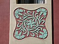 043 Cases Antoni Par, c. Gran de Gràcia 262-264 (Barcelona), esgrafiat de la façana del c. Nil Fabra.jpg