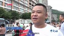 2019年8月,媒体记者采访在重庆轨道交通2号线李子坝站前拍照录像留念的游客