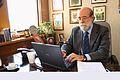 30-07-2009 Diputado Enrique Accorsi Opazo en su oficina, sentado tras escritorio, trabaja en computador..JPG