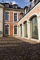 Aile est et cour intérieure de l'ancien doyenné (Lisieux, Calvados, France).jpg