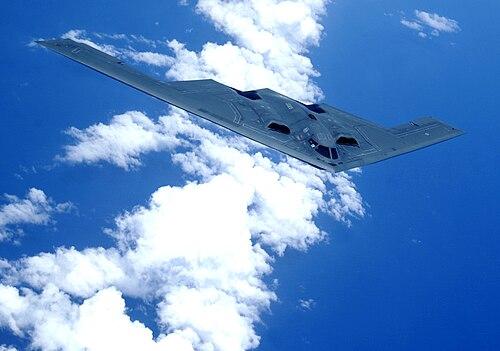 Un bombardier B-2 au dessus de l'océan Pacifique