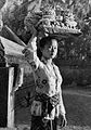 Balinese woman with offering, Know Indonesia... Know Your Friend, p3.jpg