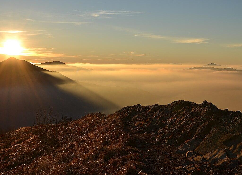Paysage des monts Bieszczady embrumés au lever du soleil.  (définition réelle 3187×2304)