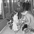 Bij aankomst krijgt koningin Juliana bloemen aangeboden, Bestanddeelnr 917-7355.jpg