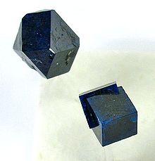 Due differenti abiti cristallini dello stesso minerale (boleite).