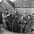 Britse tankbemanning viert de overwinning, Bestanddeelnr 900-2400.jpg