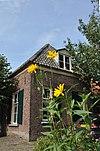 foto van Dwarshuis onder schilddak met hoekschoorstenen
