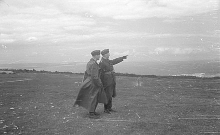 Oberstleutnant Hans von Ahlfen with an officer near Feodosia in May 1942. Bundesarchiv B 145 Bild-F016213-0015, Krim, Feodosija, Hans v. Ahlfen mit Offizieren.jpg