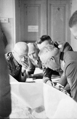 Bundesarchiv Bild 101I-022-2927-26, Russland, Generäle Hoth und v. Manstein.jpg