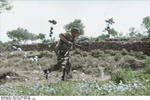 Bundesarchiv Bild 101I-166-0508-28, Kreta, Vormarsch deutscher Fallschirmjäger Recolored.png