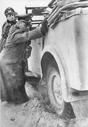 Bundesarchiv Bild 183-B20800, Nordafrika, Rommel und Westphal schieben Auto
