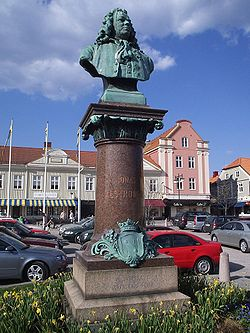 Bysten av Jonas Alströmer på Stora torget i Alingsås, den 8 maj 2006. Den uppfördes av Aron Sandberg och invigdes den 2 juni 1905.JPG