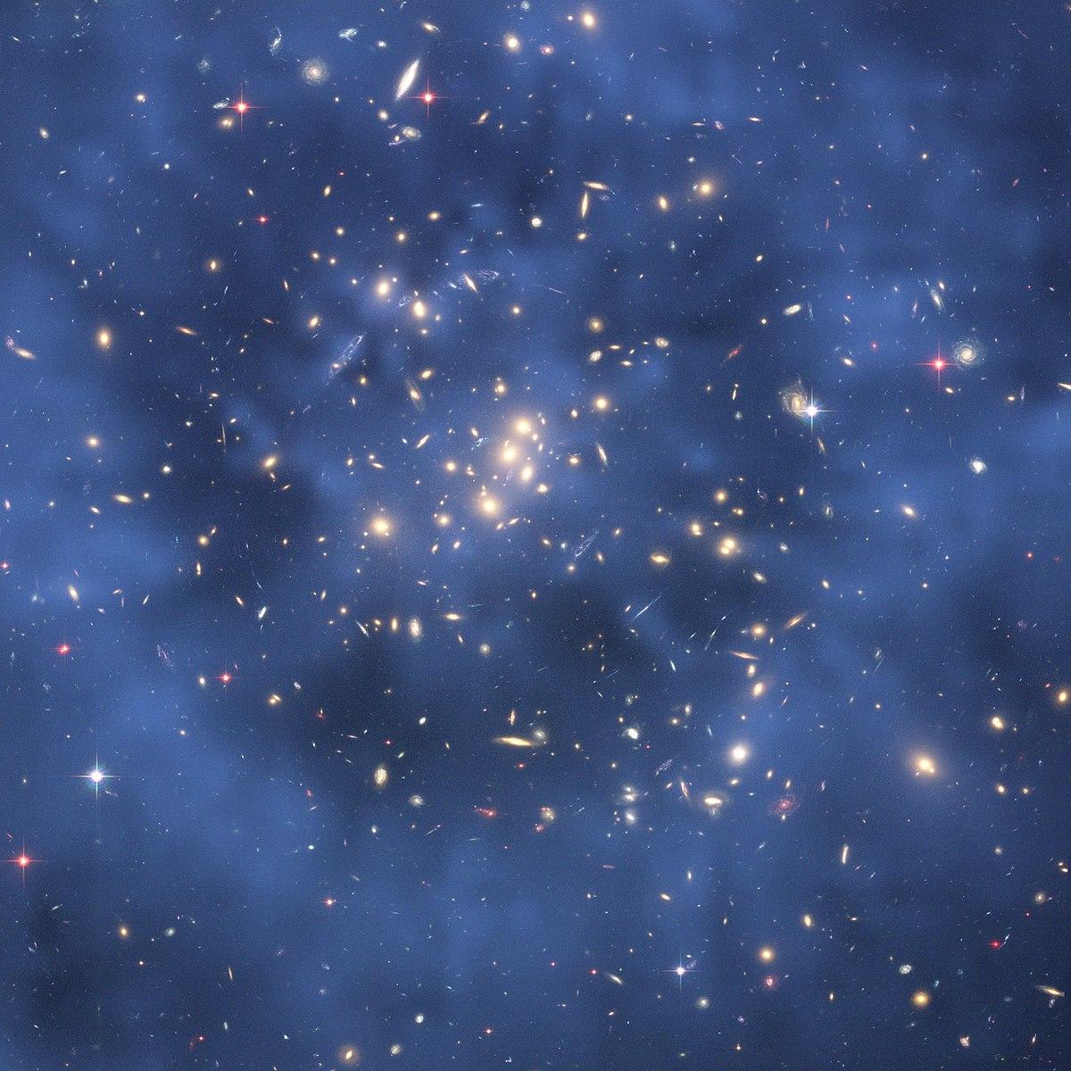 Resultado de imagen de Una imagen compuesta del cluster galactico CL0024+17 tomada por el telescopio espacial Hubble muestra la creacion de un efecto de lente gravitacional producto de la interación gravitatoria de la materia oscura.
