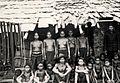 COLLECTIE TROPENMUSEUM Portret van het hoogste Dajakhoofd de Temanggoeng in soldatenjas met bewoners van Kampong Rongga TMnr 10020009.jpg