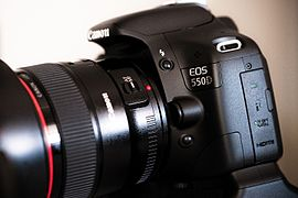 Canon EOS 550D-side-flickr - by-sa - Axel Bührmann.jpg