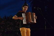 Alain Beurrier de Castanha e Vinovèl jouant de l'accordéon.