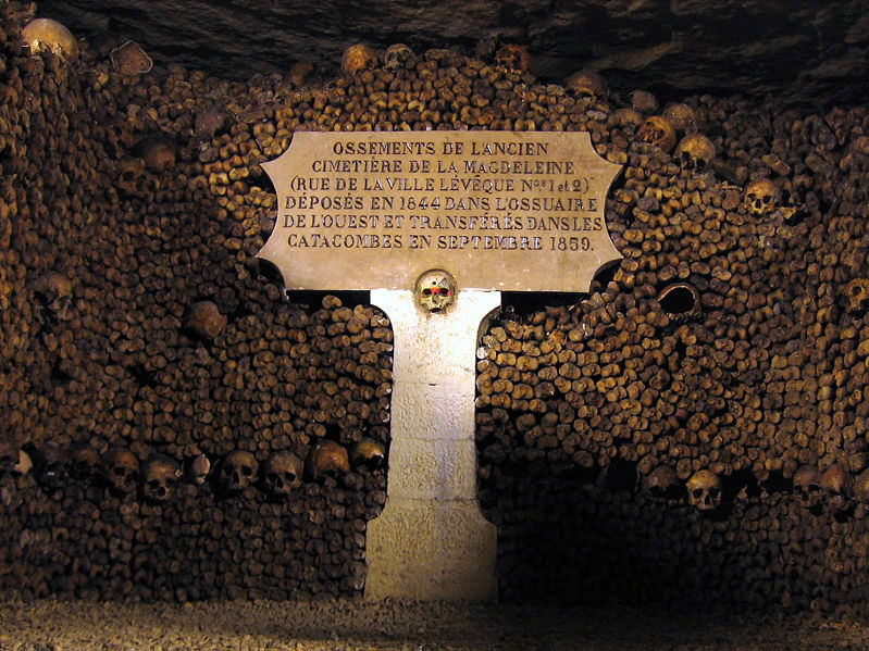 File:Catacombes de Paris edit.jpg