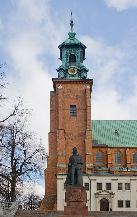 One of two frontal towers. Catedral de Gniezno, Polonia, 2012-04-05, DD 14.JPG